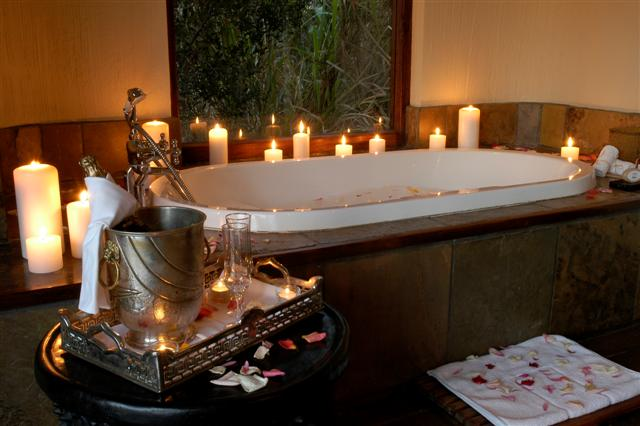 Earth lodge sabi sabi private game reserve for Small romantic bathroom ideas